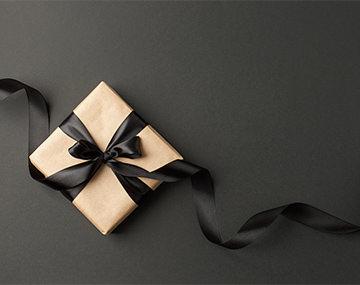 ファッショナブルな販売職の女性から学ぶ、プレゼントにも最適なイヤリング