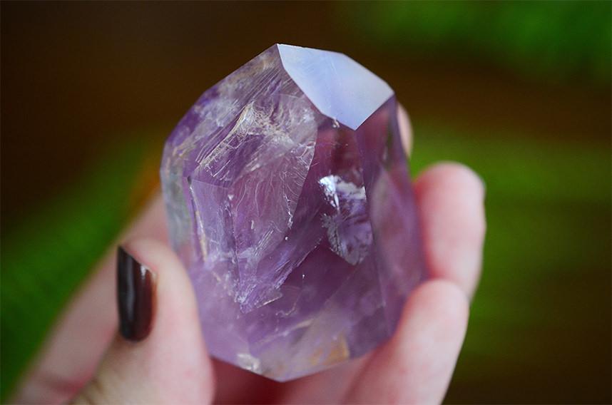 時間が経つのも忘れる、輝く宝石を自分の手で生み出す原石磨き体験