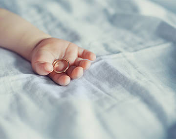 出産祝いにも喜ばれるベビーリングは親子の絆を結ぶメモリアルジュエリー
