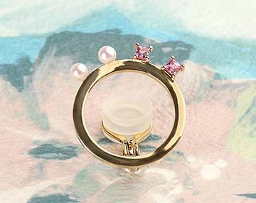 ピンクサファイアとあこや真珠、2つの宝石からシナジーを感じる独創的なイヤカフ